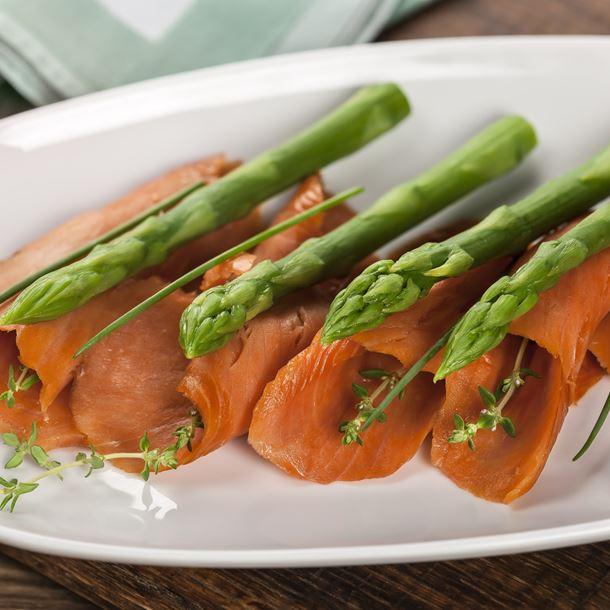 Fagots d'asperges au Beaufort et au saumon fumé